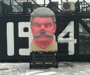"""В Каунасе поставили памятник Сталина со """"свинымпятаком"""""""