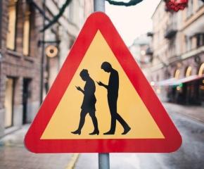 В Литве запретили разговаривать по телефону на пешеходныхпереходах