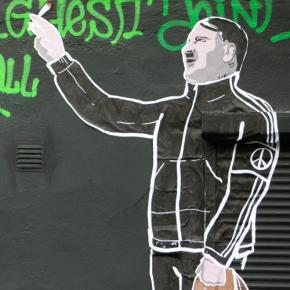 В Вильнюсе появилось новое граффити. На стене Лукашенко, Сталин и Гитлер в спортивныхкостюмах
