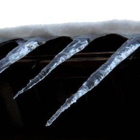 Оттепель и ее последствия: сосульки, которые угрожают жизнилюдей
